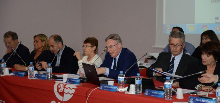 Au centre, M. Clique, élu délégué aux finances, présente le budget primitif.