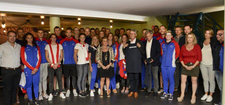 L'équipe de France de natation lors du buffet de bienvenue