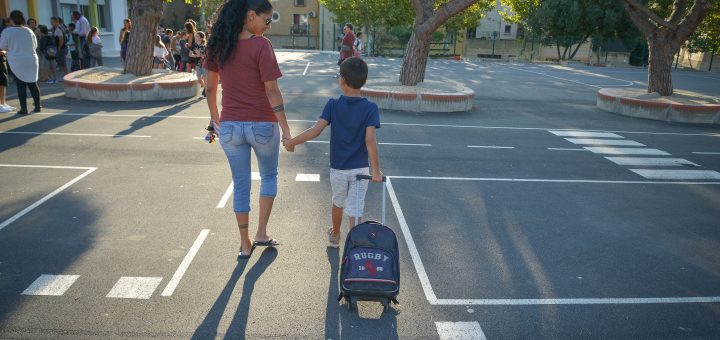 Une mère et son enfant dans la cour de l'école
